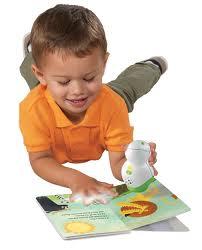 criança brincando com livro